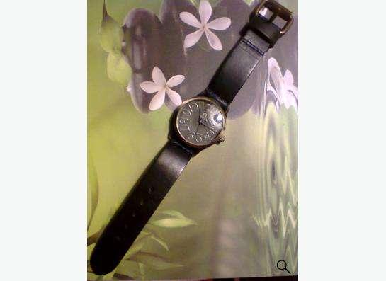 Часы с синим кожанным ремешком