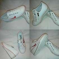 Новые белые кроссовки с эмблемой Найк есть шнурки и молния, в Москве