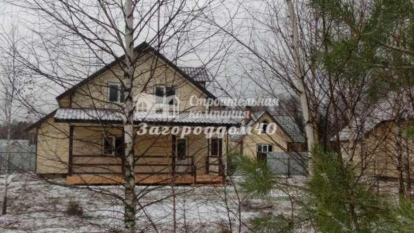 Дом на участке с березами и соснами