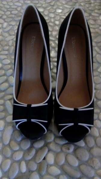 Туфли черного цвета на высоком каблуке