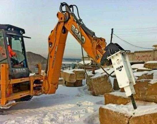 Экскаватор с гидромолотом, демонтаж фундамента бетонных плит в Сергиевом Посаде