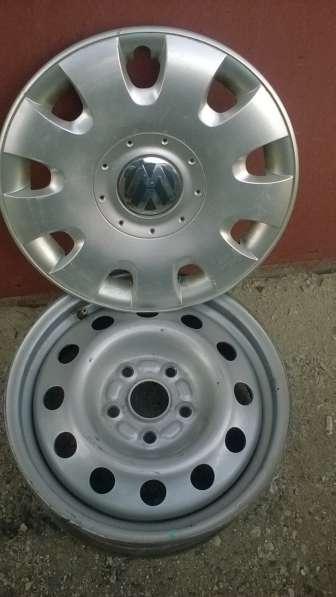 Комплект дисков с колпаками на фольксваген R15,состояние отл