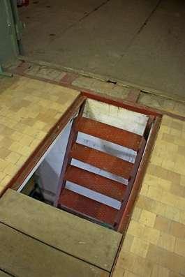 Подземный, внизу большая комната, гараж!