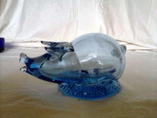 Свинка синего стекла и винтажная старинная посуда