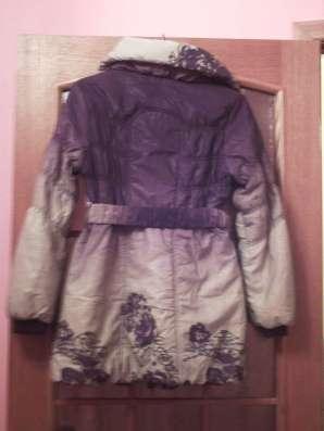 Модное новое пальто с красивым принтом