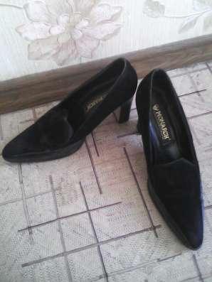 Две пары туфель на каблуке чёрного цвета.38 размера