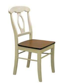 Деревянные стулья и столы.