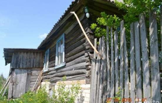 бревенчатый дом 1993 года постройки в поселке Славитино Волотовского района