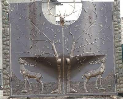 Ворота с барельефом птиц,животных,людей