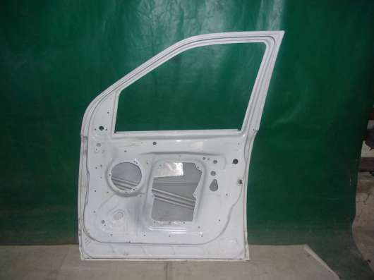 Правая дверь Land Rover Freelander-белого цвета