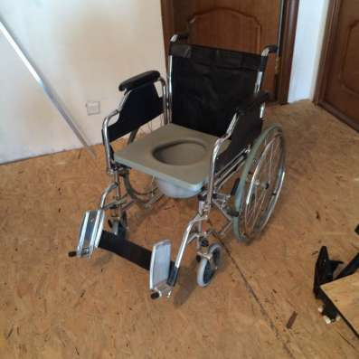Санитарное инвалидное кресло